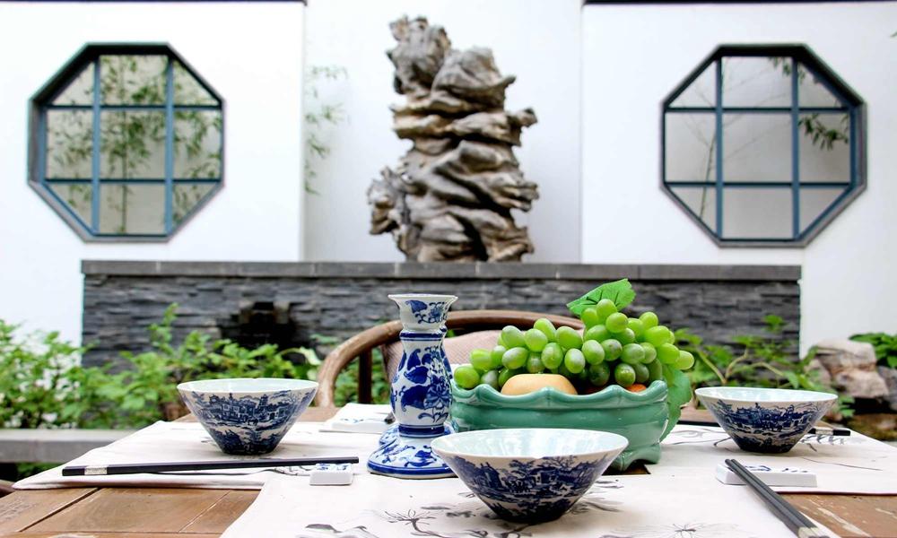 一壶淡酒,几盘水果,夏天,是院子最美好的季节。