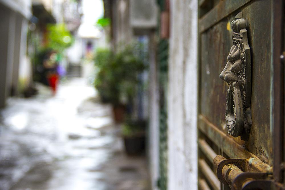 人聚人散在金带街也很普遍,一些残败不堪终年无人维护的旧房子铁门紧锁。