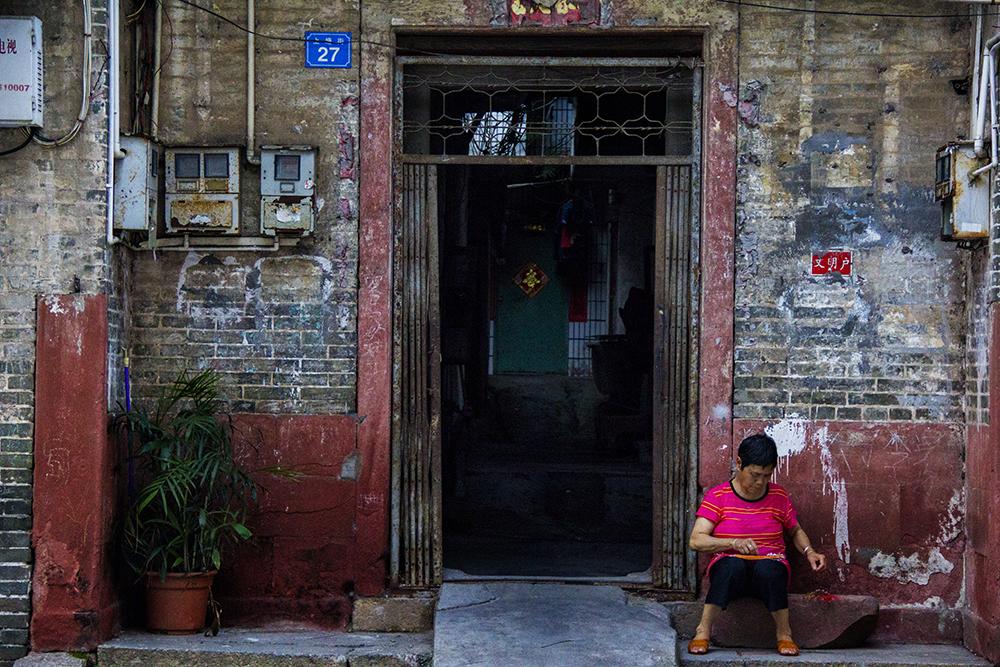 褪色并裸露砖石的墙壁有着别样的美感,到了年华飞逝后的今天,金带街附近居民大多为老人,只有他们还留守着古朴和谐的民风以及传统的手工艺。