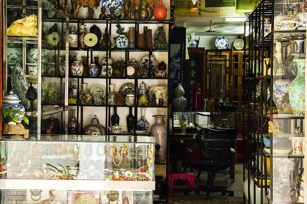 """这里商铺大多为各具特色的古玩店,门店上陈放了好多瓷器、玉器及各种首饰品。走几步再走几步一家又一家,金带街俨然就是惠州的""""古玩街""""。"""
