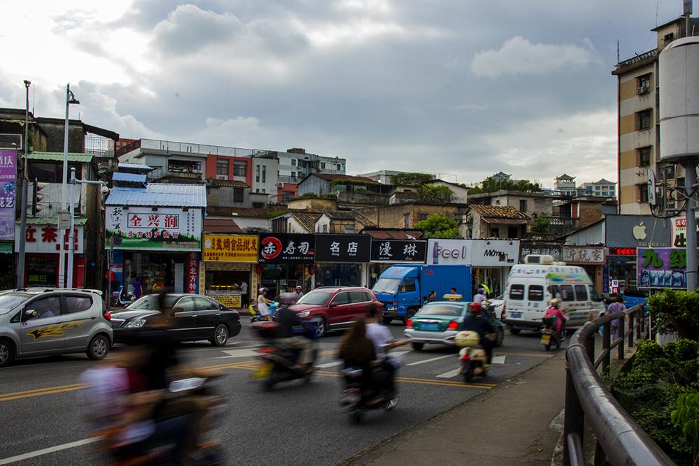 金带街全长250米,熟悉的人不用5分钟即可走完全程。穿越金带街而出,展现在眼前的是繁华热闹的老城商业区。