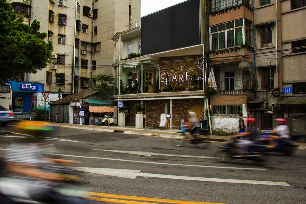 """紧挨在一起的老房子以前都是商住两用,如今都被改装成了""""全职""""商铺。也有一些旧房子通过一番装修之后,蜕变成一所城市咖啡厅。"""