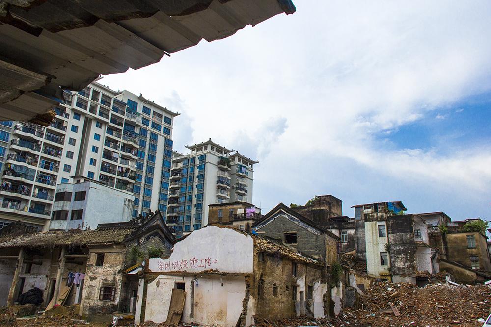 """有一些老房子躲得过拆迁,在商业的运作下延续生命创造价值。但有一些房子因为太过""""年迈""""而不得不被强拆。例如同属于金带街一部分的宾兴馆。"""