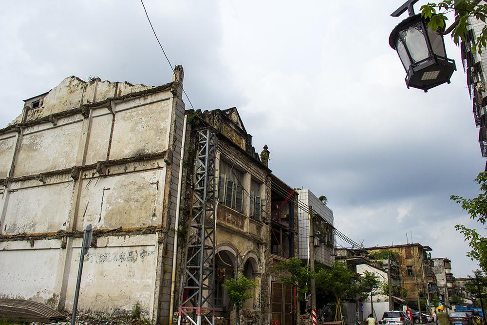 横渡西枝江,来到的便是惠州另一条著名老街区――水东街。与金带街的古韵不同,水东街的建筑风格有着浓郁的民国色彩。