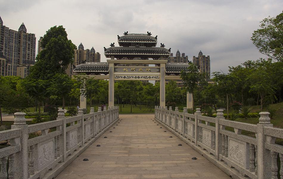 """穿过""""长桥鱼跃""""那道门,远处瞭望许久的拱桥就在眼前。"""