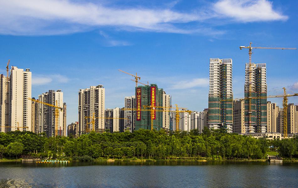遥望金山湖,蓝天白云下,高楼林立,建设蓬勃。方直、隆生、奥园、中海.....这里集结了惠州及国内多个知名开发商。