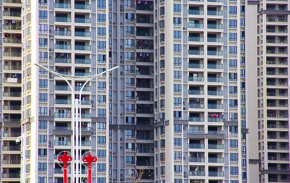 一眼望去,新建的小区也陆续迎来了自家的主人,映衬着路灯挂着的红红中国结。