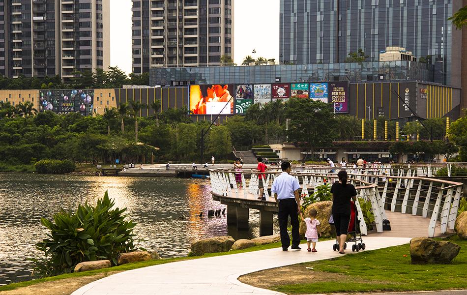 一道残阳铺水中,半江瑟瑟半江红。夕阳的余晖映照着回家的人们。而湖对岸,则是金山湖区域的城市综合体――方直广场。