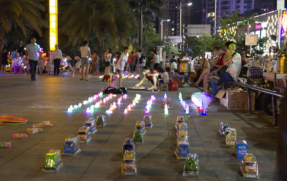 小商贩们亦忙的不亦乐乎。这大概也是孩子们最开心的时刻,广场之上,尽情撒欢。