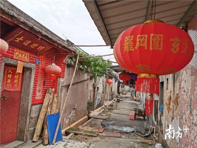 古围屋内几乎家家户户门前挂着大灯笼。