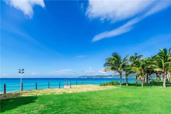 一望无际的大海,蓝蓝的天空和无边的海连在一起,给人以心灵的震撼.