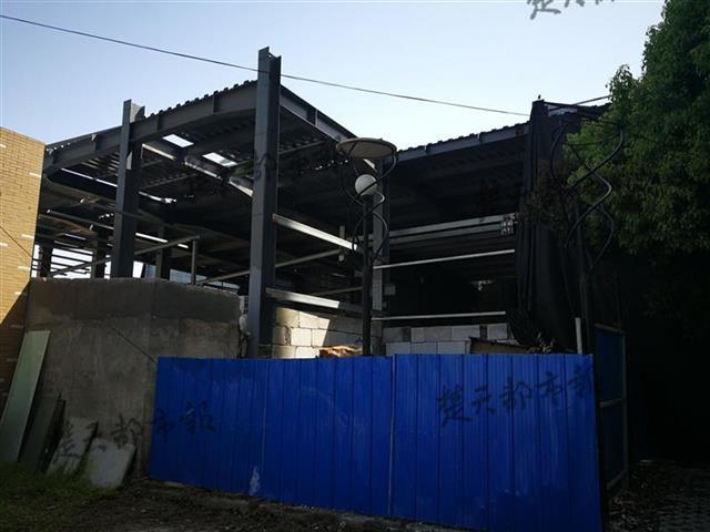 当晚9时20分许,夜班保安报告钢结构建筑和垃圾堆处失火.