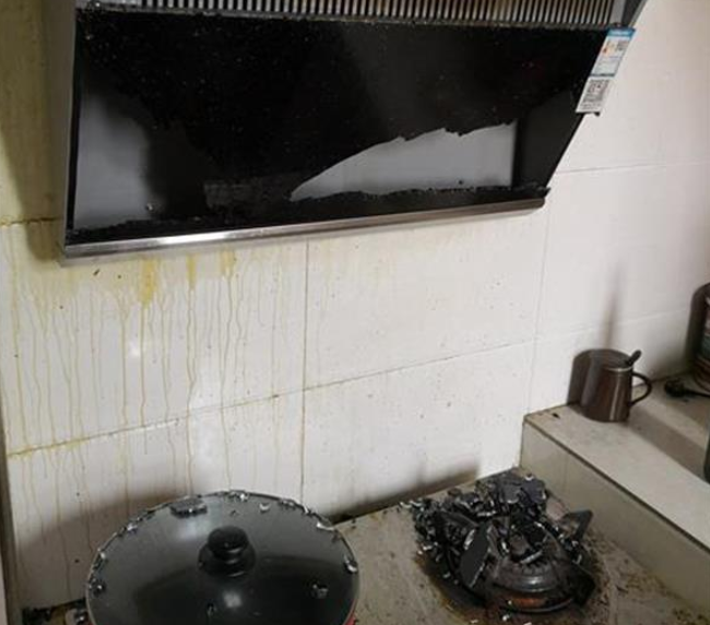 油烟机面板突然炸裂 玻璃碎渣散落一地 商家:或与天气有关