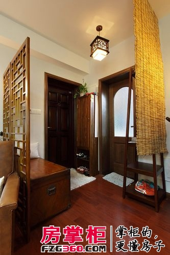 换鞋凳 一个中式花格屏风隔开客厅 一个竹帘(草席?)隔开餐厅